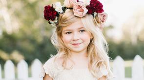 kislány rózsás fejpántban