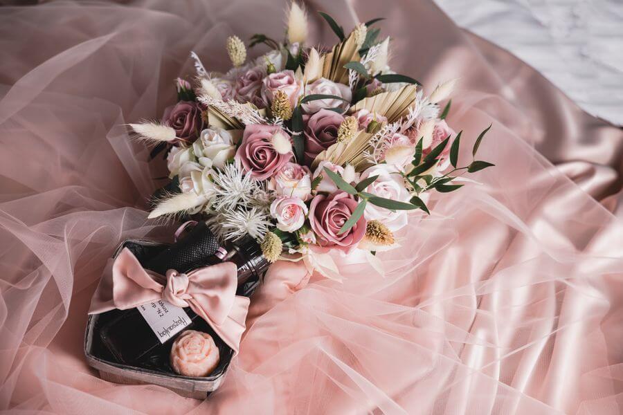 romantikus nászéjszaka rózsaszirmokkal