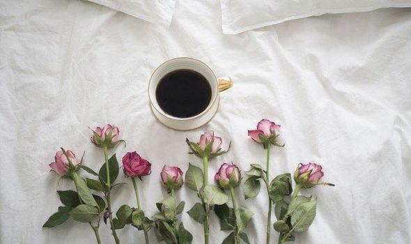 rózsás kávé az ágyba